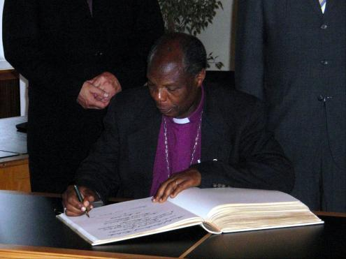 Bishop Kahuthu while signing the visitors' book of the city of Freudenstadt