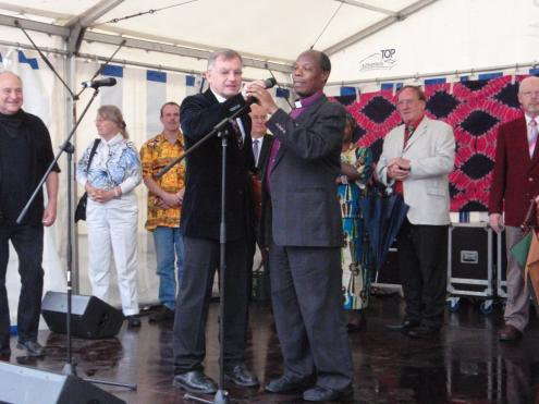 Bishop Kahuthu held an introductory speech at the opening ceremony of the Africa festival on the platform at the Upper Marketplace of Freudenstadt city (translated by Pastor Stierlen).