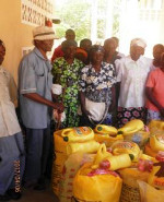 Distribution of hunger relief campaign food supplies by the catholic sisters near Baharini. Image 1/5.